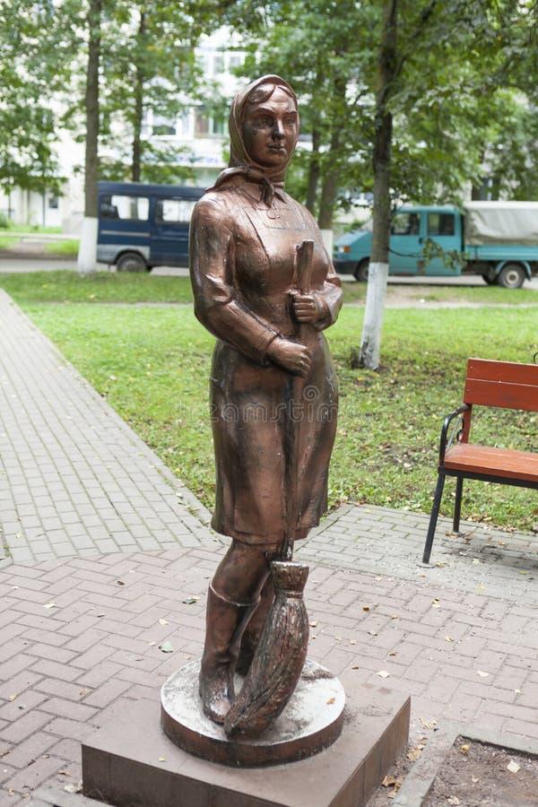 KIROVSK RYSSLAND - SEPTEMBER 13, 2015: Foto av monumentet till dörrvakten (monumentrengöringen) royaltyfria bilder