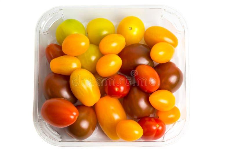 Kirsche färbte Tomaten in einem Plastikbehälter auf dem weißen Hintergrund, lokalisiert Beschneidungspfad eingeschlossen lizenzfreie stockfotografie