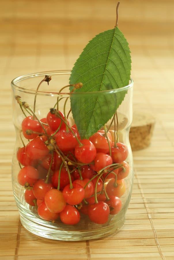 Kirsche im Glas lizenzfreies stockfoto
