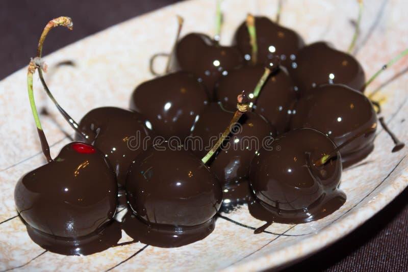 Kirschen in der Schokolade stockfotografie
