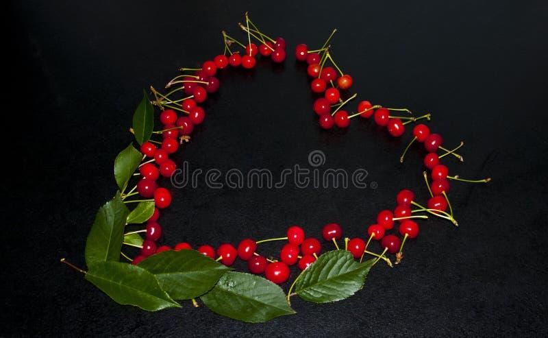 Kirschen, die in Form eines Herzens legten, schönes romantisches stockbilder