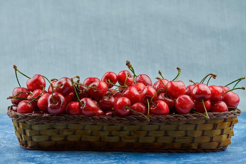 Kirschen in einem Korb stockfoto
