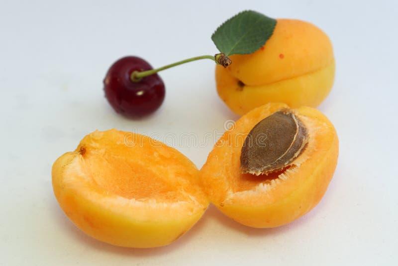 Kirschen und Aprikosen - eine Quelle von Vitaminen im Sommer stockfoto
