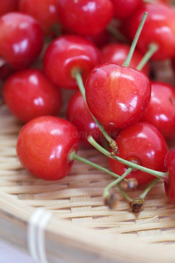 Kirschfrüchte mit Blättern lizenzfreie stockfotografie