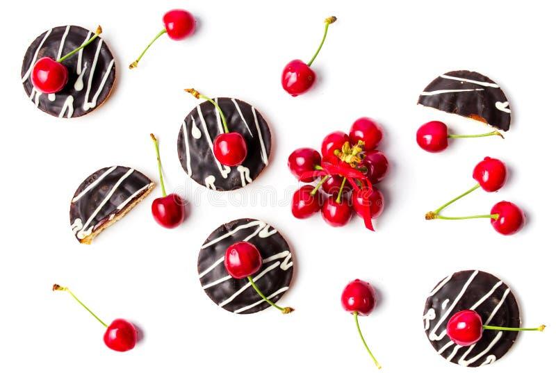 Kirschkekse und -früchte lokalisierten flatlay stockbilder