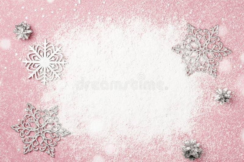 Kirschrosa Weihnachts- und des neuen Jahresrahmen des Schnees und des Silbers schneien stockbilder