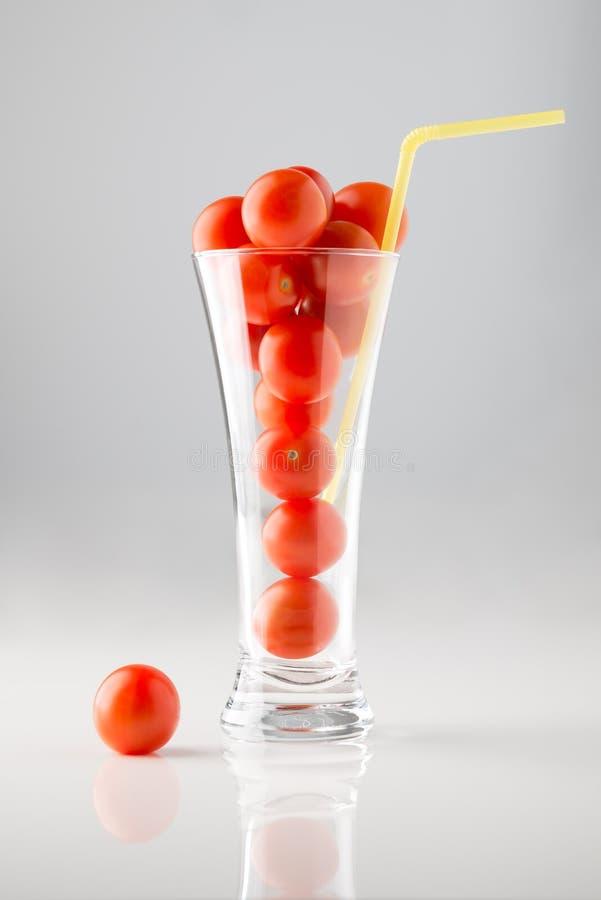 Kirschtomaten in einem Glas lizenzfreie stockfotos