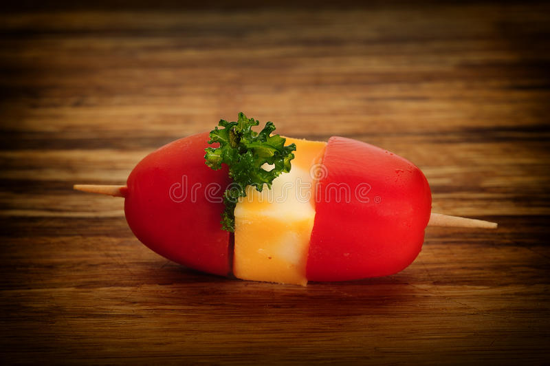 Kirschtomaten mit Mozzarella lizenzfreie stockfotos