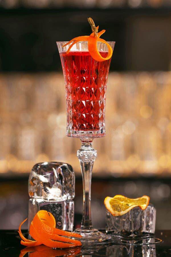 Kiru Królewski koktajl z pomarańczowym plasterkiem i kostka lodu fotografia royalty free