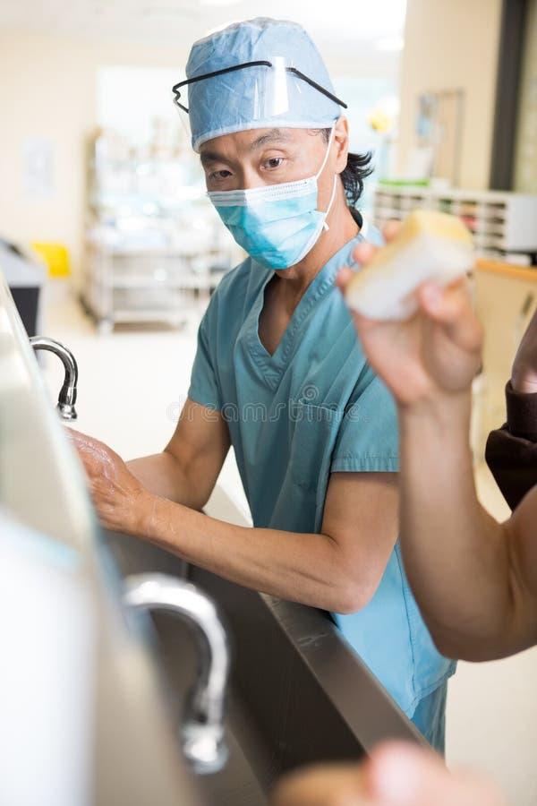 Kirurg Scrubing Arms och händer royaltyfria foton