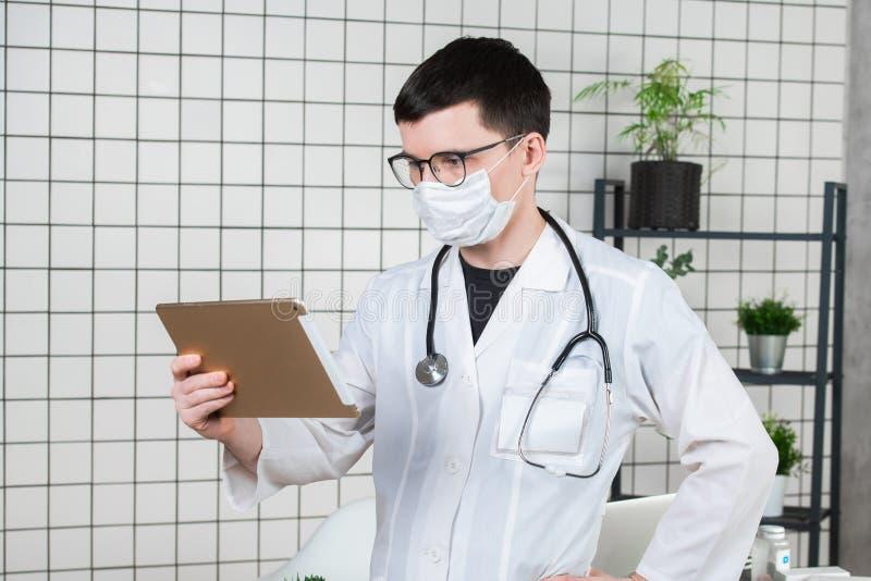 Kirurgdoktor med minnestavladatoren i sjukhuskontor Medicinsk sjukvårdpersonal- och doktorsservice royaltyfri fotografi