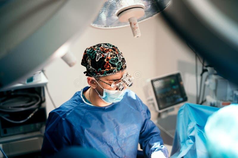 Kirurgdoktor som fungerar i kirurgirum på den privata kliniken och sjukhuset Sjukvårddetaljer royaltyfri fotografi