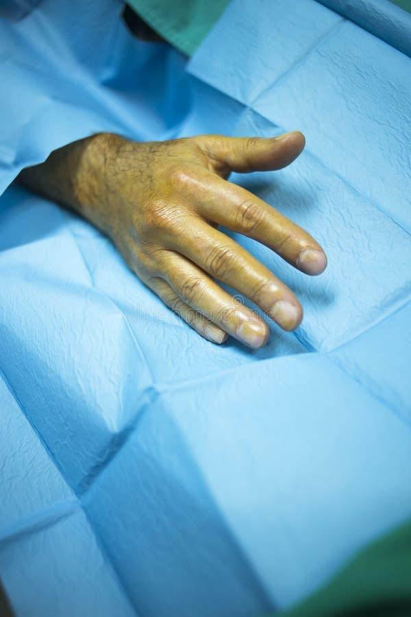 Kirurgdoktor som injicerar patienten i sjukhusklinik royaltyfria bilder