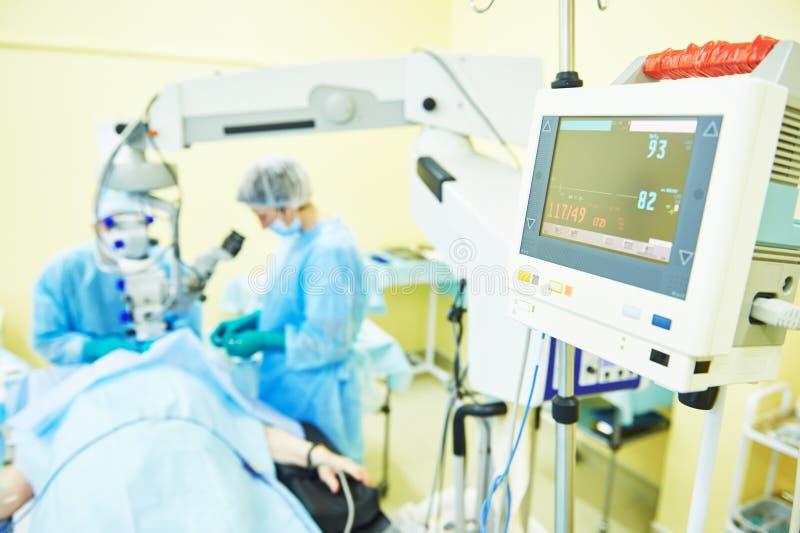 Kirurgdoktorer i operationrum arkivfoton