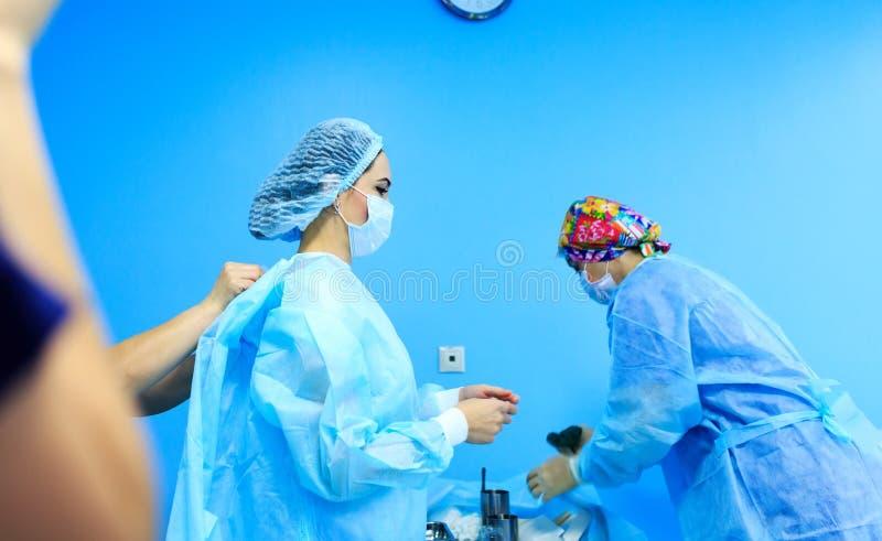 Kirurgen klär för kirurgi royaltyfri bild