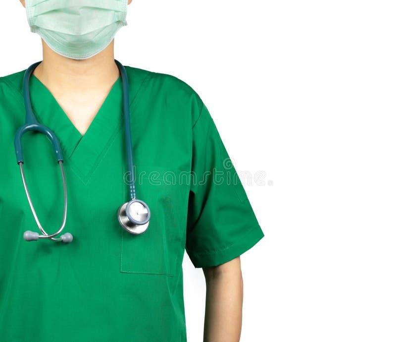 Kirurgen som doktorn bär gräsplan, skurar skjortalikformign och den gröna framsidamaskeringen Läkare med stetoskophängning på hal arkivbild