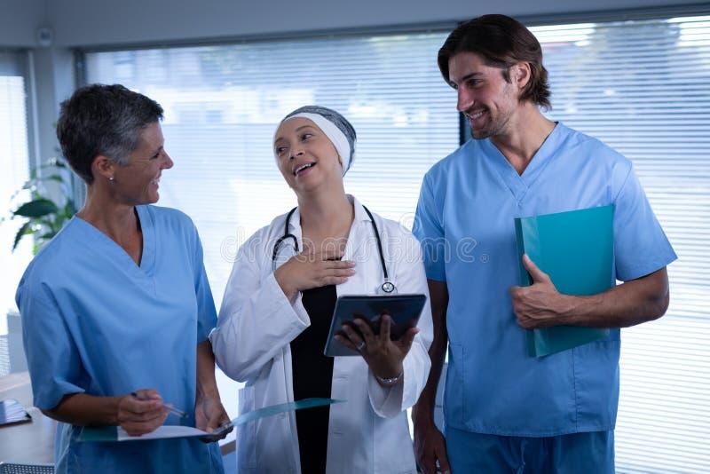 Kirurger som har gyckel med de i klinik arkivfoton