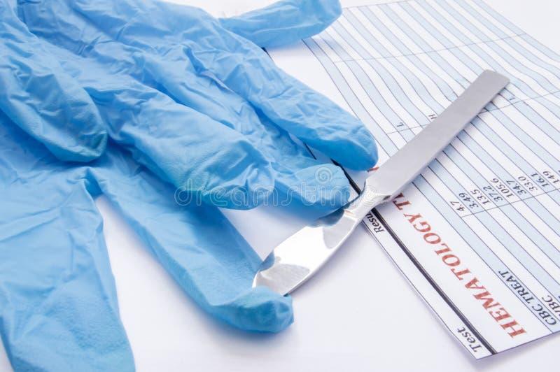 Kirurgiskt handske-, skalpell- och för hematologyblodprov resultat på operationsbordet Förberedelse för kirurgi eller dess avslut royaltyfria foton