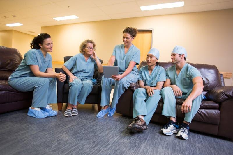 Kirurgiskt lag i vardagsrum arkivbilder