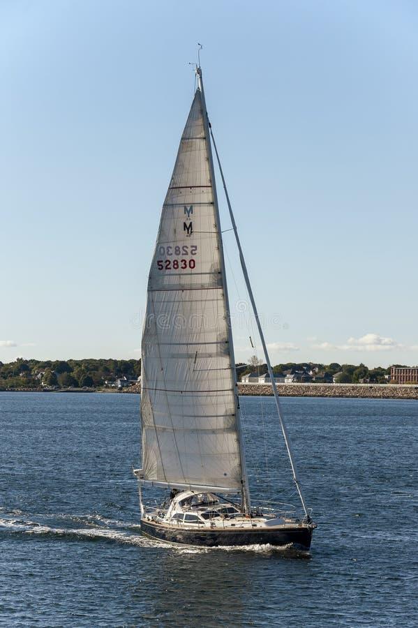 Kismet del velero que cruza el puerto externo de New Bedford imágenes de archivo libres de regalías