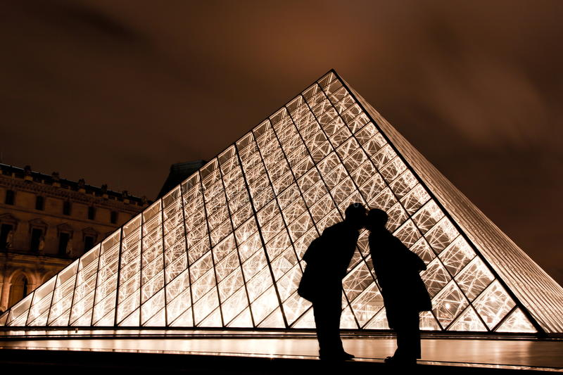 Download Kiss At The Louvre In Paris France Editorial Image - Image: 23715940