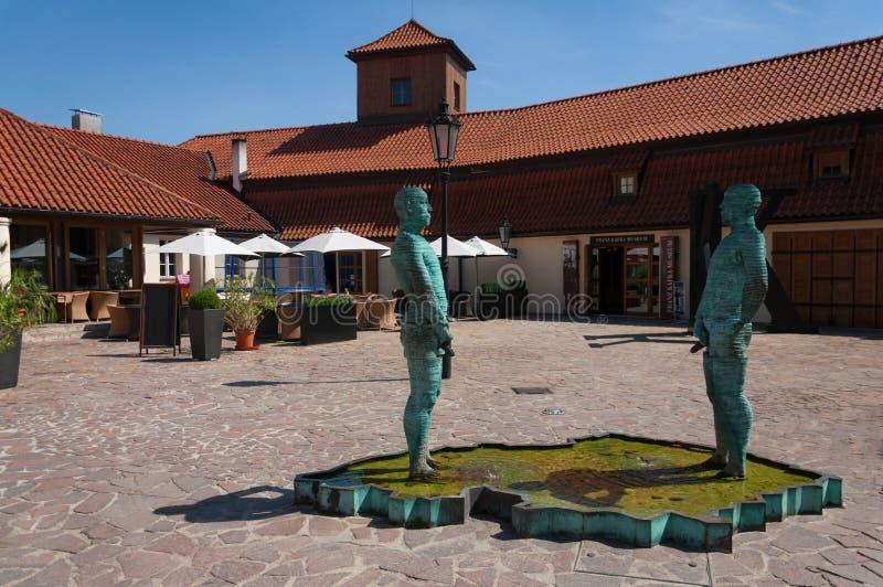 Kissa statyer i borggården av Franz Kafka Museum. Prague arkivbild