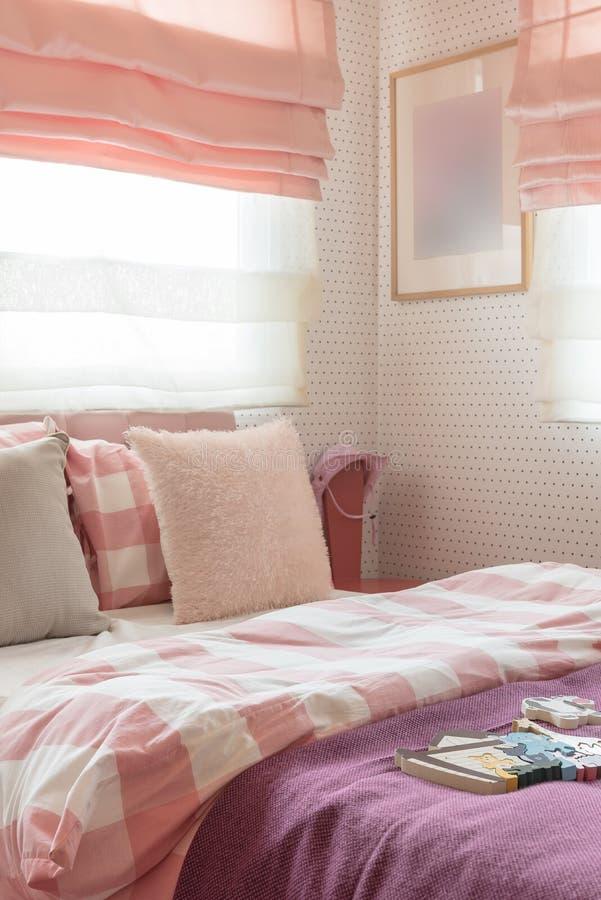 Kissen auf Bett in der rosa Farbe tonen Schlafzimmer lizenzfreies stockbild