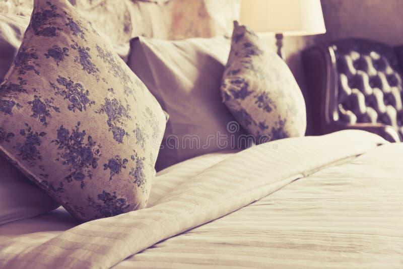 Kissen auf einem antiken Luxusbett lizenzfreie stockfotos