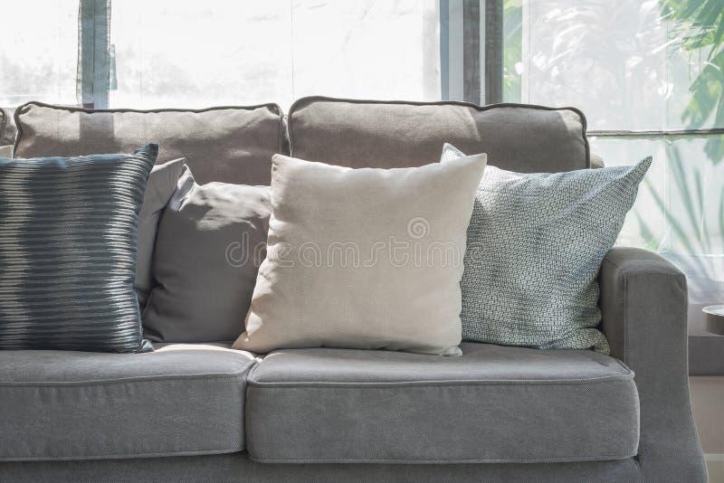Download Kissen Auf Modernem Grauem Sofa Im Wohnzimmer Stockfoto