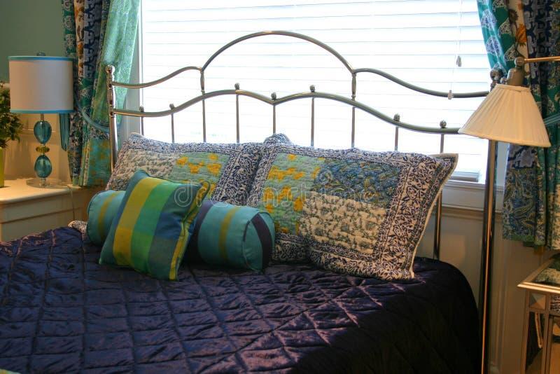 Kissen auf purpurroter Bettdecke stockfotos