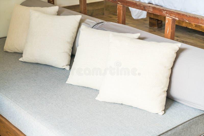 Kissen auf Sofa lizenzfreie stockfotos