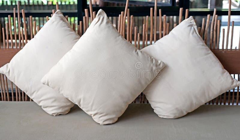 Kissen auf Sofa lizenzfreie stockfotografie