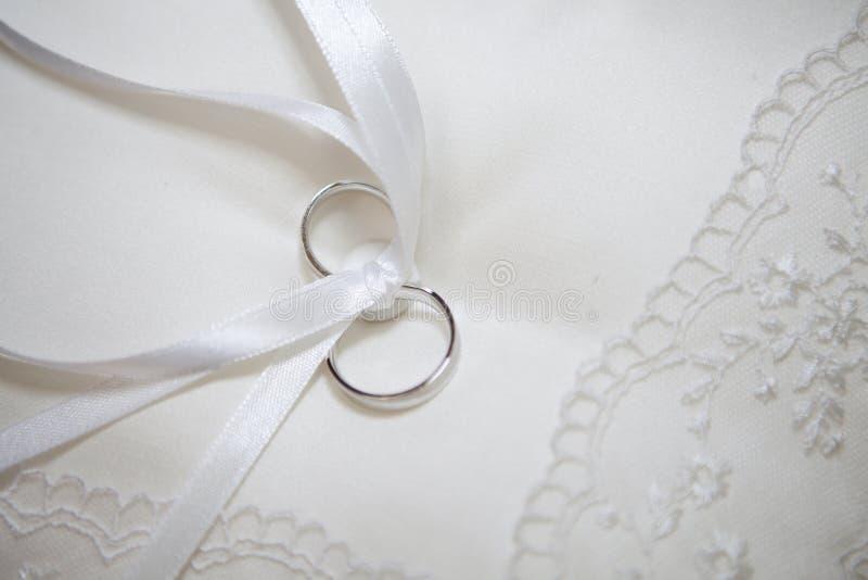 Kissen für Hochzeitsringe lizenzfreie stockfotos