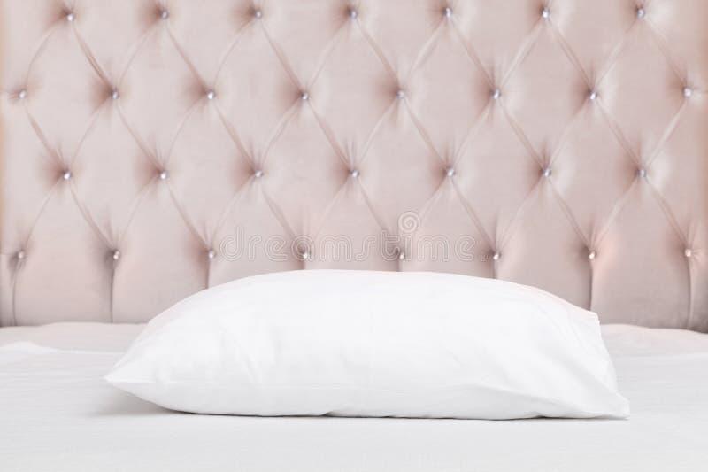 Kissen im leeren Luxusschlafzimmer lizenzfreie stockfotografie