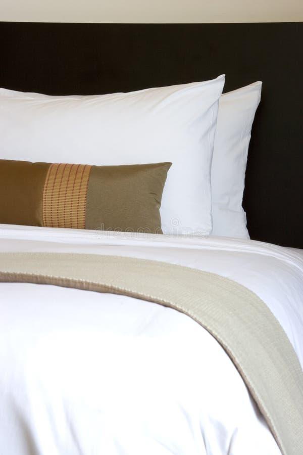 Kissen und Bett stockbilder