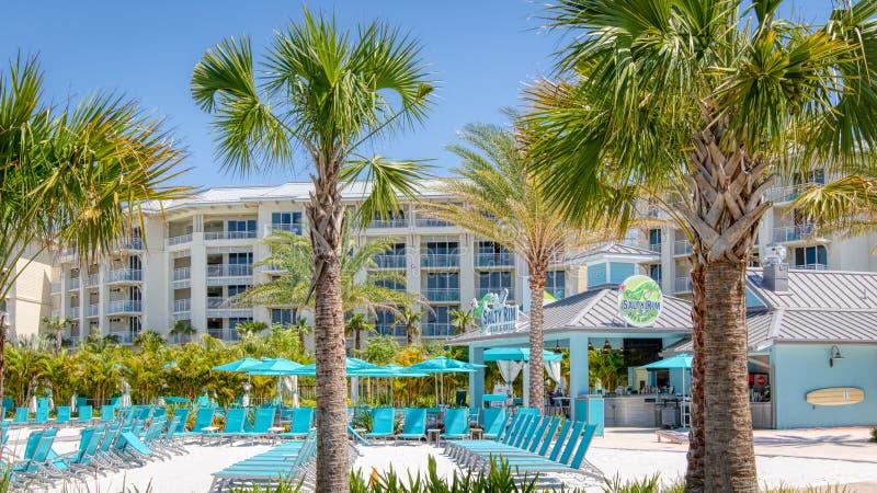 KISSIMMEE,佛罗里达- 2019年5月29日- Margaritaville手段奥兰多 与蓝色躺椅和咸外缘酒吧的主要游泳池周围& 库存图片
