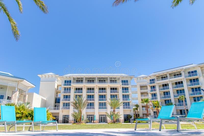 KISSIMMEE, FLORIDA - 29 DE MAIO DE 2019 - recurso Orlando de Margaritaville Cadeiras de sala de estar azuis brilhantes na parte t fotos de stock royalty free