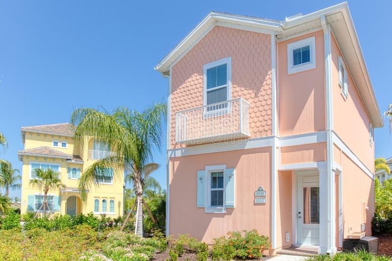 KISSIMMEE, FLORIDA - 29 DE MAIO DE 2019 - recurso Orlando de Margaritaville Pêssego e casas de campo amarelas do tema de Key West imagens de stock