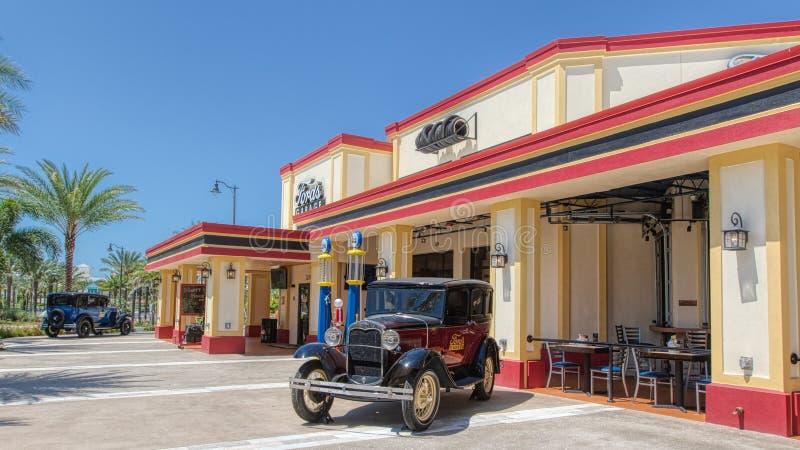 KISSIMMEE FLORIDA - MAJ 29, 2019 - Ford garage Hamburgare- och hantverkölrestaurang som lokaliseras nära den Margaritaville semes royaltyfria bilder