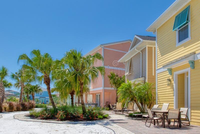 KISSIMMEE FLORIDA - MAJ 29, 2019 - Margaritaville semesterort Orlando Färgrika karibiska themed stugor med tillbaka uteplatser oc royaltyfri fotografi