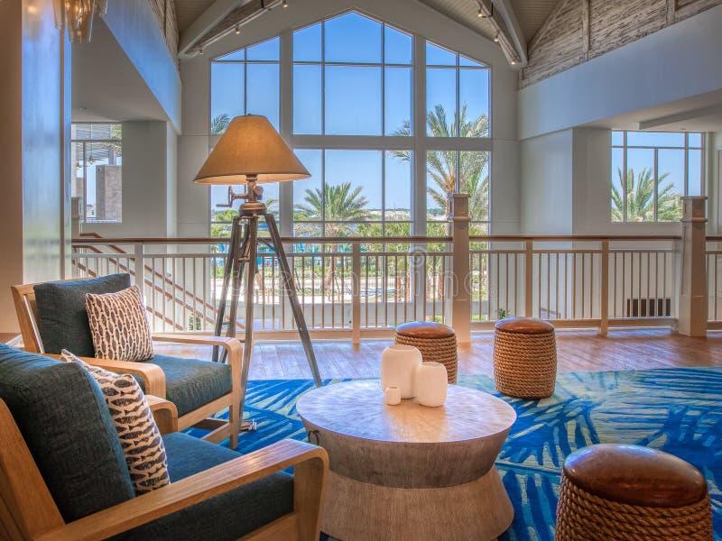 KISSIMMEE FLORIDA - MAJ 29, 2019 - Margaritaville semesterort Orlando Hemtrevligt vardagsrumområde i den huvudsakliga lobbyen med royaltyfri fotografi