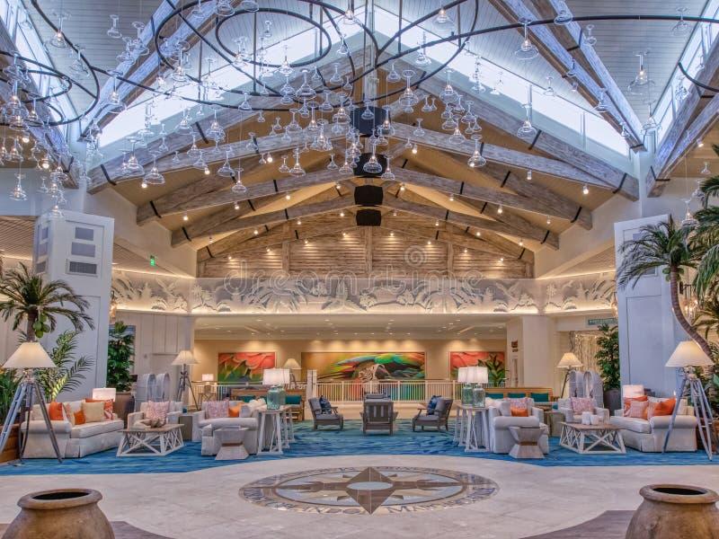 KISSIMMEE FLORIDA - MAJ 29, 2019 - Margaritaville semesterort Orlando Inomhus huvudsaklig lobby med tropiskt ötema med taket royaltyfri foto