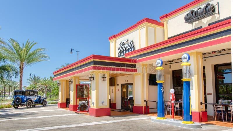 KISSIMMEE, FLORIDA - MEI 29, 2019 - de Garage van Ford Restaurant het dienen burgers en ambachtbier op het gebied van Zonsonderga stock fotografie