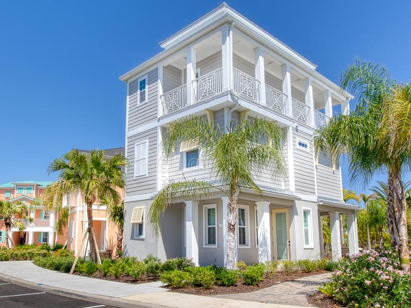 KISSIMMEE, FLORIDA - MEI 29, 2019 - Margaritaville-Toevlucht Orlando Drie verhaal wit eiland als thema gehad plattelandshuisje royalty-vrije stock afbeelding