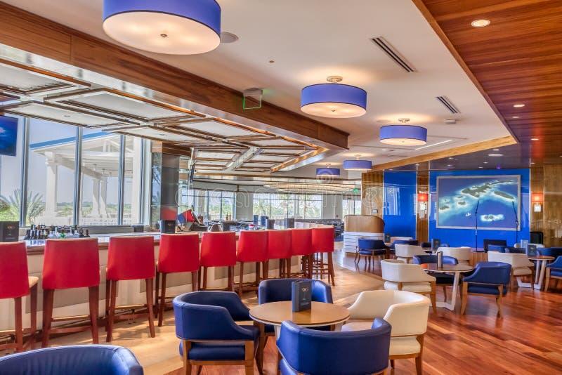 KISSIMMEE, FLORIDA - MEI 29, 2019 - Margaritaville-Toevlucht Orlando Moderne bar en restauranteuforie binnen de belangrijkste hal stock foto