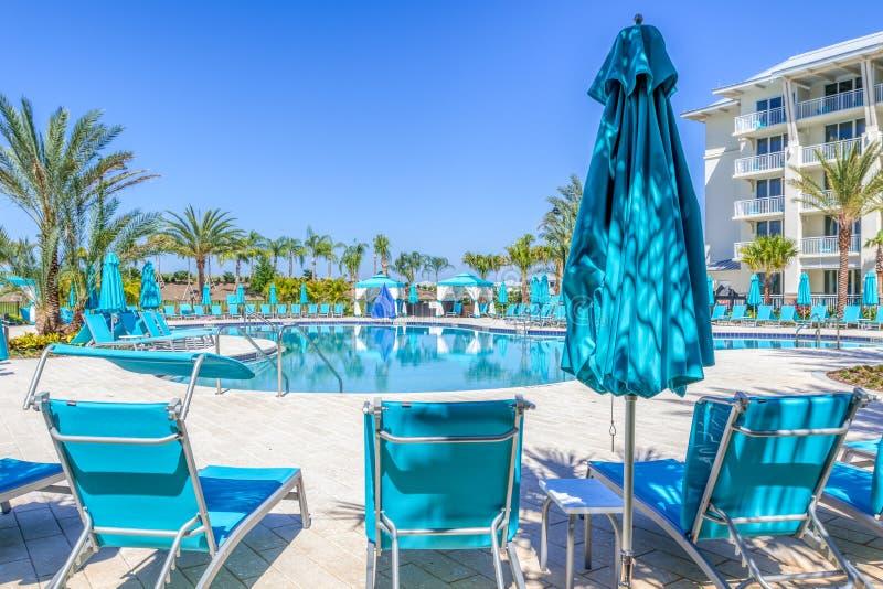KISSIMMEE, la FLORIDE - 29 MAI 2019 - station de vacances Orlando de Margaritaville L'espace piscine d'oasis entouré par des chai images libres de droits