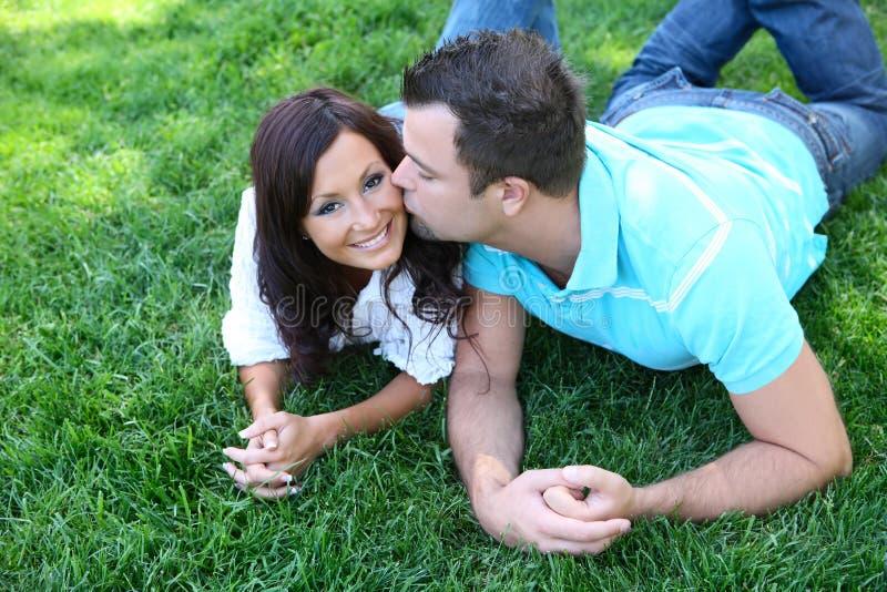 kisssing para park zdjęcie stock