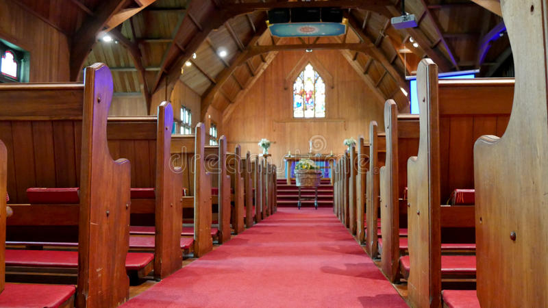 Kist in kapel die in graf voor begrafenis wordt verminderd royalty-vrije stock foto's