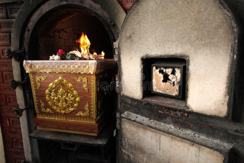 Kista i thailändsk begravning för krematorieugn royaltyfri bild