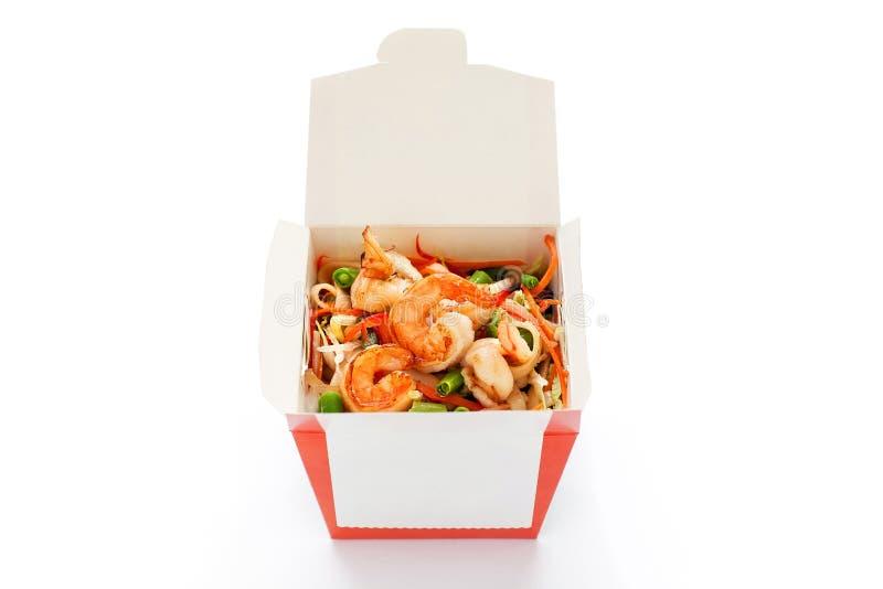 Kiste mit Garnelen und Udon mit leckeren Meeresfrüchte-Werken lizenzfreie stockfotografie